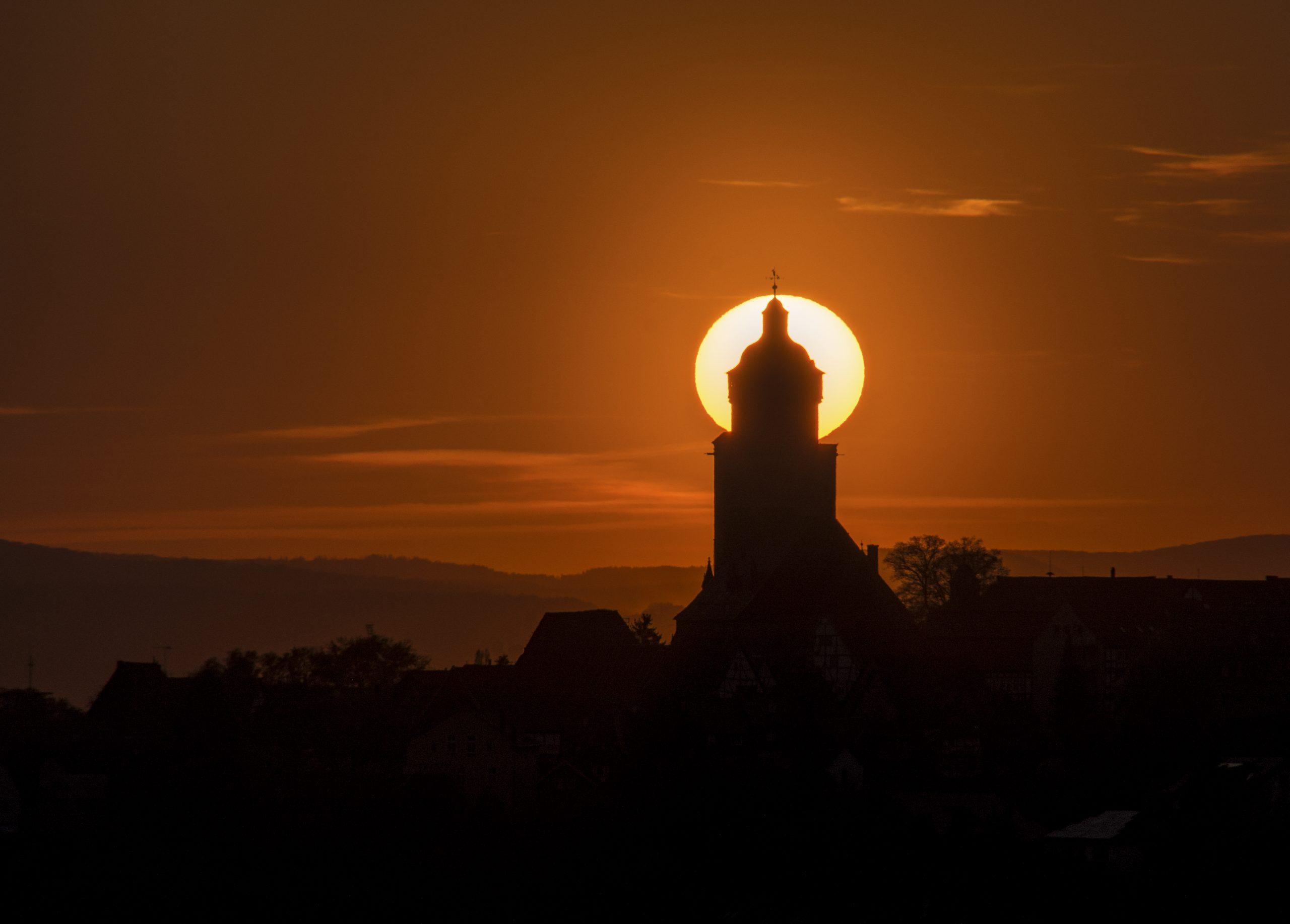 Sonnenuntergang hinter der Reformationskirche